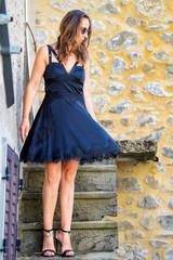Bella Donna abito estivo tacchi alti nel borgo di Sassalbo
