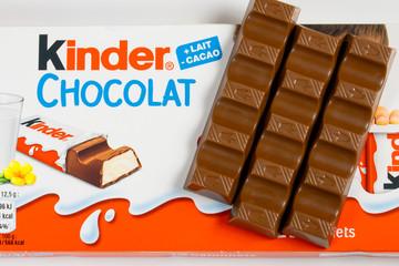 barres de chocolat de marque kinder sur un fond blanc