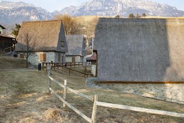 abitazioni con tetto di paglia nel comune di Magasa cima rest Brescia Italia