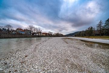 Winter über dem Isarstrand in Bad Tölz
