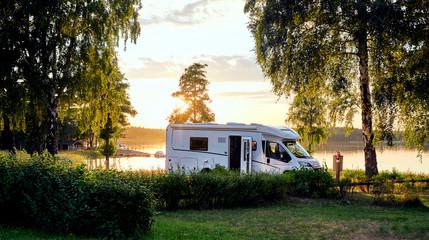 Foto op Canvas Kamperen Wohnwagen Sonnenuntergang am See in Schweden Urlaub