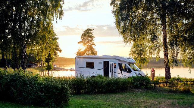 Wohnwagen Sonnenuntergang am See in Schweden Urlaub