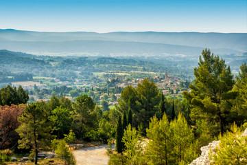 Blick auf Mormoiron im Tal des Auzon in der Provence
