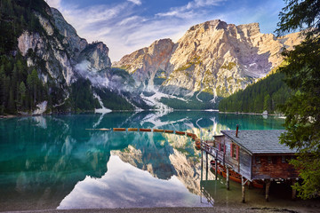 Papiers peints Piscine Amazing view of Lago di Braies (Braies lake, Pragser wildsee) at sunrise. Trentino Alto Adidge, Dolomites mountains, South Tyrol, Italy, Europe. Boats at the lake. Fanes-Sennes-Braies national park.