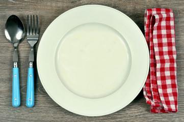 Assiette avec des couverts et une serviette de table