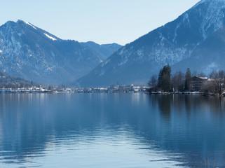 Fotobehang Canada Bad Wiessee und ruhiges Wasser des Tegernsees in Oberbayern an einem schönen Wintertag mit blick auf Rottach-Egern und den Gipfel von Bodenschneid und Wallberg