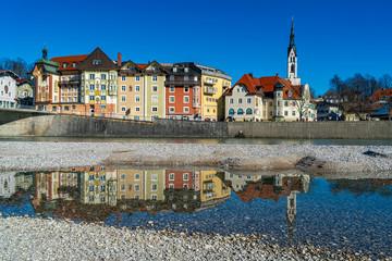 Blick auf die Altstadt von Bad Tölz mit der Stadtpfarrkirche