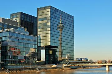 Reflektion des Düsseldorfer Rheinturms in einer Glasfassade