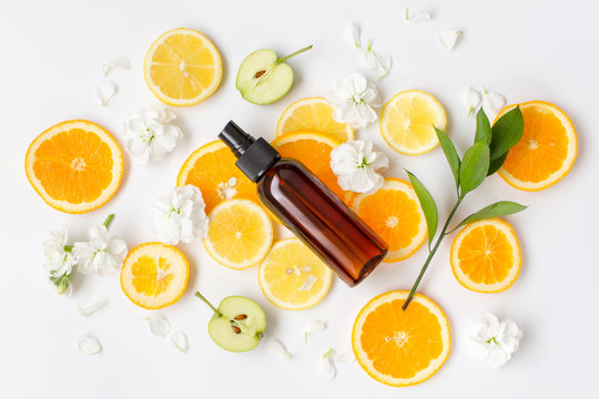 レモン、オレンジのナチュラルコスメ 茶色の瓶 オイル スキンケアのイメージ素材