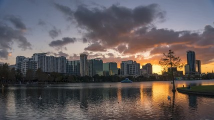 Fotomurales - Timelapse of a colorful sunset at Lake Eola and city skyline in Orlando, Florida