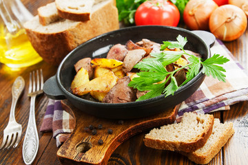 Potatoes stewed with chicken liver