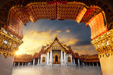 Foto op Plexiglas Bedehuis Marble Temple of Bangkok Thailand concept, Golden door of Marble buddhist Bangkok Wat Benchamabophit temple evening sunset sky with cloud, Thailand.