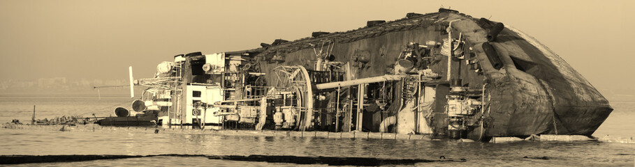 Poster Naufrage Old abandoned ship wrecked near public beach Odessa, Ukraine