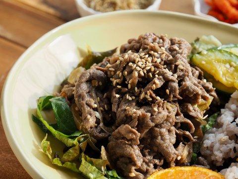 한국의 전통음식 소 불고기 덮밥