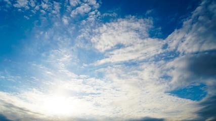 秋空のうろこ雲の雲間に輝く太陽