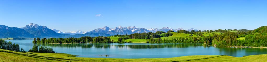 Wall Mural - Herrliche Natur am ostallgäuer Alpenrand im Frühling