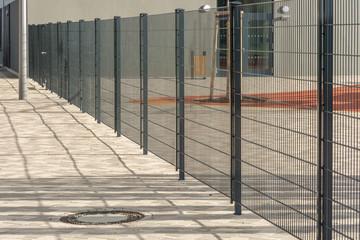 Moderner Metallzaun aus Doppelstabmatten zur sicheren Einzäunung eines Paussenhofs einer Schule