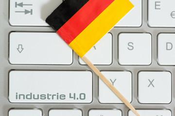 Computer, Flagge von Deutschland und Taste Industrie 4.0