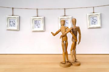 Zeichenpuppen in einer Kunstgalerie