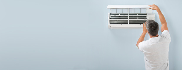 Man Cleaning Air Conditioning System Fotobehang