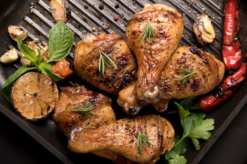 Fototapete - Grilled chicken leg with various vegetables on pan