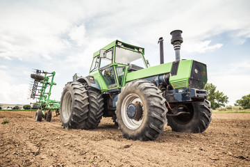 Farmer plowing a field with tractor. Bridger, Montana, USA Fototapete