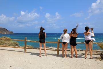 Papier Peint - chicas jóvenes sacando fotografías playa almería isleta del moro mediterráneo 4M0A6828-as20