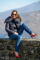 Bella donna ritratto tacchi alti abito invernale