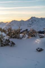 Fototapete - Morgenstimmung in den verschneiten Alpen