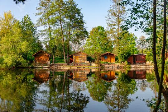 Petites cabanes en bois au bord de l'eau au printemps en Moselle