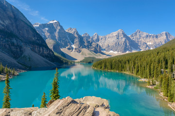 Majestic mountain lake in Canada. Fotobehang