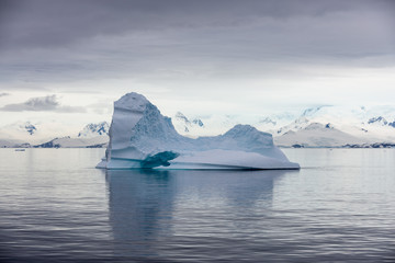 Photo sur Aluminium Antarctic landscape with iceberg, view from expedition ship