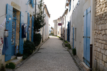 Foto auf Leinwand Schmale Gasse narrow small alley side street in Talmont sur Gironde france