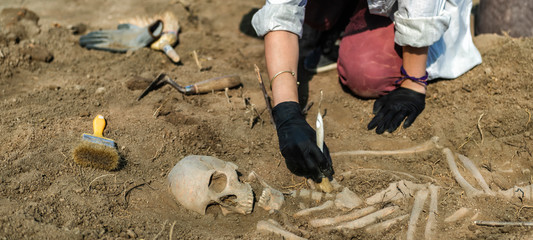 Archaeology – Exhumation of an Ancient Human Skeleton Fototapete