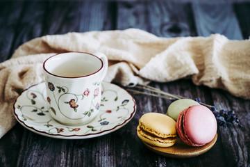 Fotorolgordijn Macarons Tasse de café et assortiment de patisseries macarons colorés