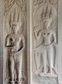 Devatas en duo, extérieur de la terrasse d'honneur de Angkor Wat