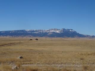 Poster de jardin Desert de sable Field in the summer with mountain views