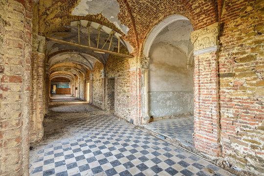 Couloir d'un monastère abandonné