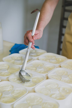 Agricultrice moule ses fromages
