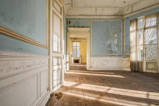 Grande salle vide d'un château style baroque