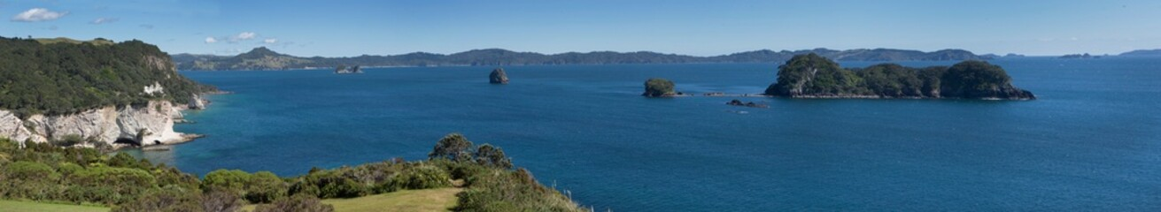 Zelfklevend Fotobehang Cathedral Cove Hahei Cathedral Cove Coromendel. Coast and cliffs panorama