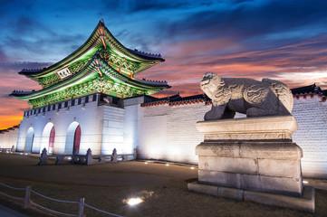 Wall Mural - Gyeongbokgung palace at twilight in Seoul, South Korea.