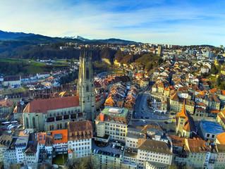 Vue aérienne de la vieille ville de Fribourg et sa cathédrale de St-Nicolas en Suisse