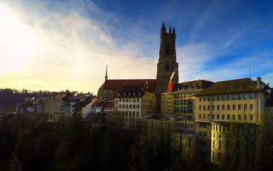 Cathédrale médiévale de St-Nicolas au soleil levant à Fribourg, en Suisse