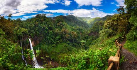 Catarata del Toro waterfall with surrounding mountains in Costa Rica Fototapete
