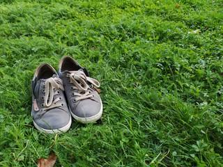 Barfuss, Schuhe im Gras  Wall mural