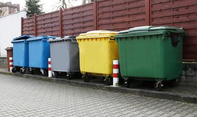 Obraz pojemniki na odpady segregowane - fototapety do salonu