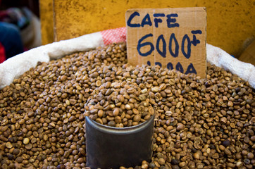 Poster koffiebar Grains de café en vrac dans un marché de Nosy Be à Madagascar