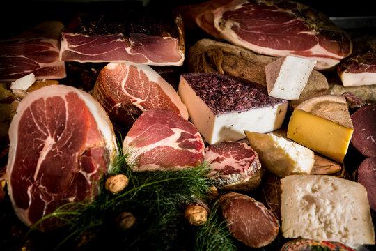 composizione di salumi e formaggi