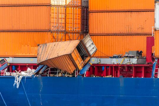 Umgekippter Container auf einem Containerschiff nach einer Kollision